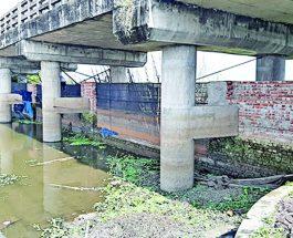 কুমিল্লায় নদীতে দেয়াল তুলে মাছ চাষ, প্রবাহ বন্ধ