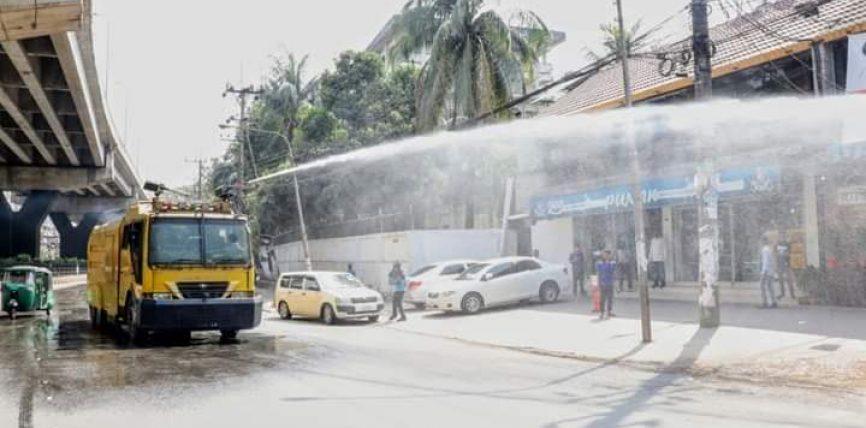 করোনা রোধে চট্টগ্রাম মেট্রোপলিটন পুলিশ কর্তৃক (জীবানুনাশক) মিশ্রিত পানি ছিটানো হচ্ছে
